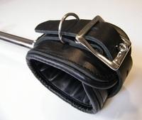 Spreizstange mit angenieteten Fesseln aus Leder (50 cm)